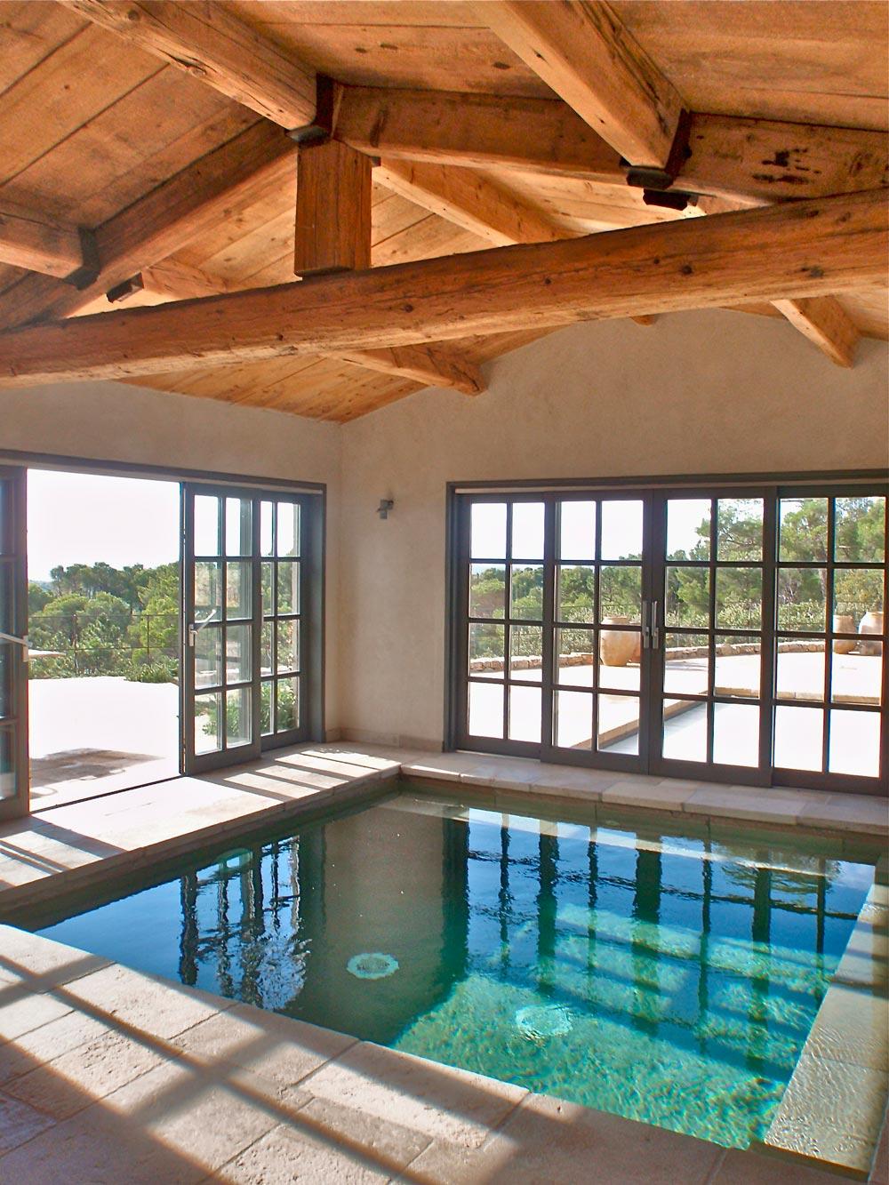 Dallage et margelles de piscine en pierre de taille